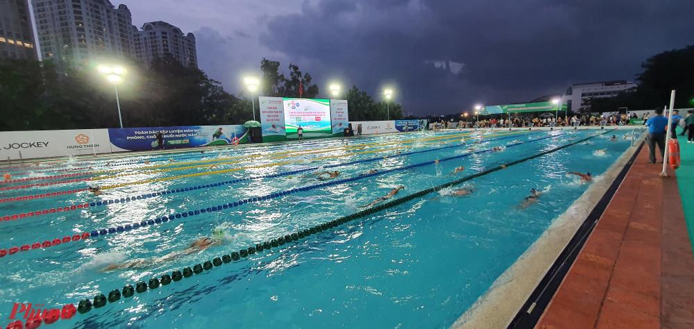 Các em tham gia bơi lội