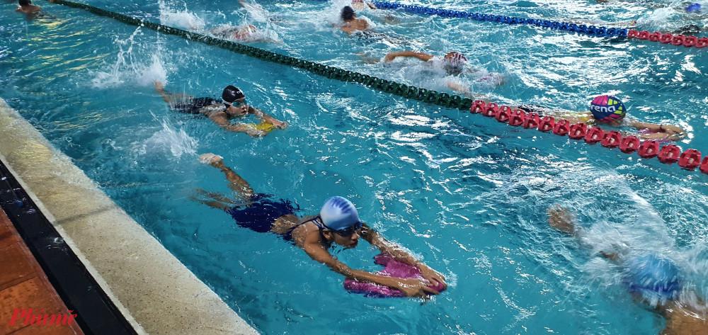 Trẻ được dạy bơi và các kỹ năng an toàn nước