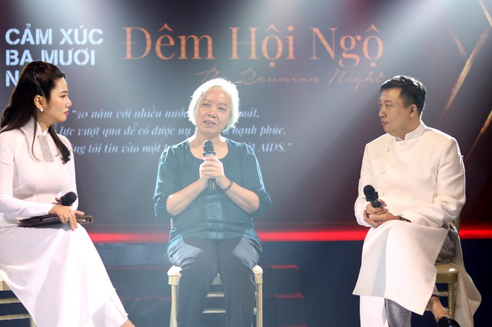Phó giáo sư - tiến sĩ Trương Xuân Liên (giữa) - nguyên Phó viện trưởng Viện Pasteur TP.HCM - chia sẻ những khó khăn của người làm công tác xét nghiệm khi phát hiện ca bệnh dương tính với HIV