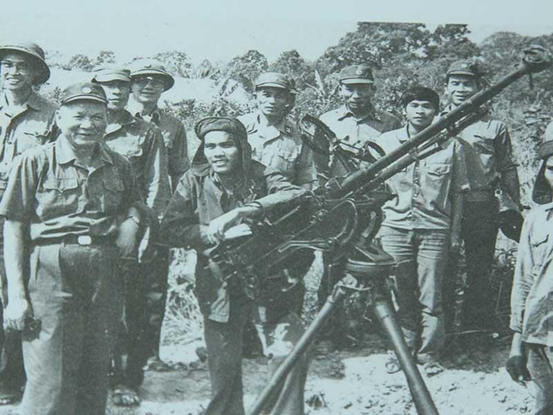 Đại tướng Lê Đức Anh, Bộ trưởng Quốc phòng (bìa trái, hàng trên cùng) kiểm tra tình hình bảo vệ biên giới phía Bắc năm 1987. Ảnh tư liệu