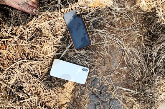 Điện thoại nhóm phi tang được thu giữ