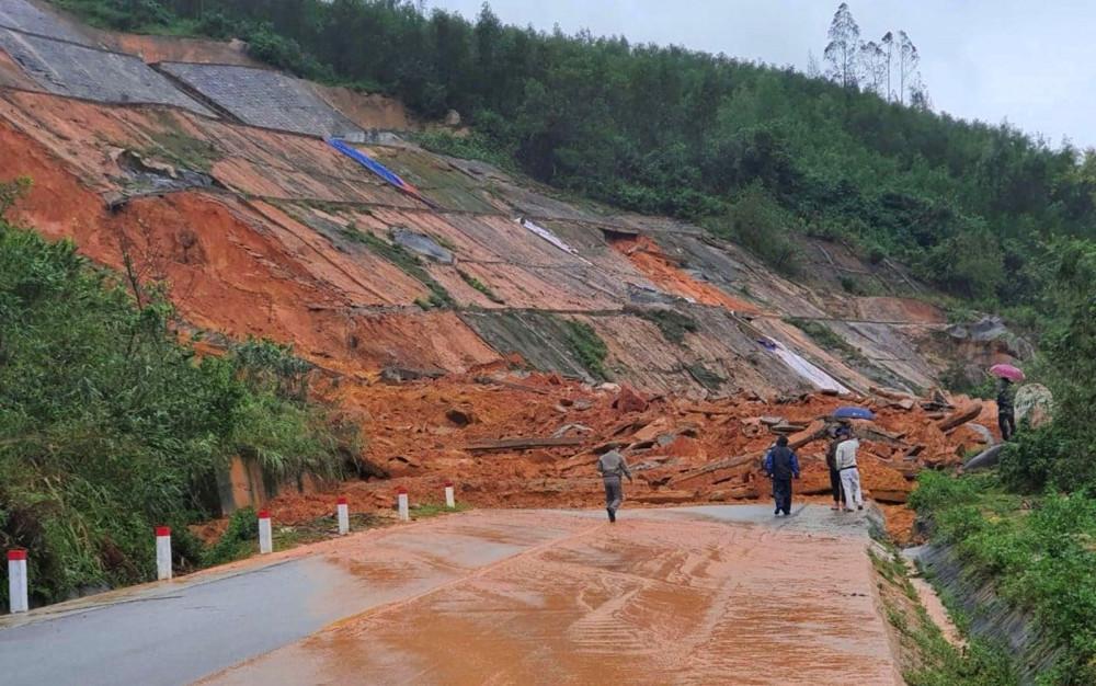 Mưa lớn sạt lở núi nghiêm trọng trên đường dẫn vào Khu du lịch Laguna
