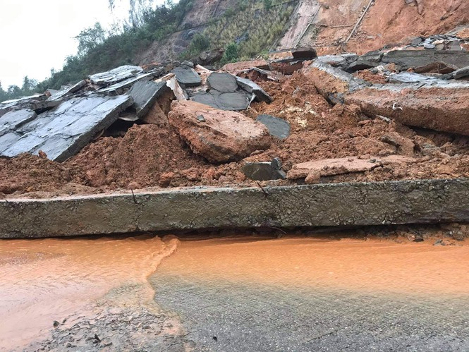 Hiện trương vụ sạt lở  thuộc núi Cảnh Dương thôn Cảnh Dương, xã Lộc Vĩnh