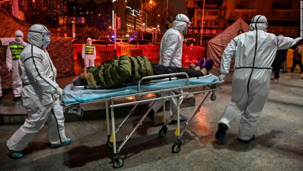 Các nhân viên y tế trong trang phục bảo hộ đầy đủ tiếp cận bệnh nhân ở Vũ Hán ngày 25/1.