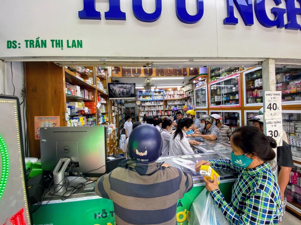 Ghi nhận của phóng viên báo Phụ Nữ TPHCM sáng nay (1/12) tại hầu hết các cửa hàng thuốc bắt đầu có dấu hiệu người dân lùng mua khẩu trang y tế trở lại sau khi TPHCM ghi nhận ca lây nhiễm cộng đồng COVID-19 từ 'bệnh nhân số 1/.347'.