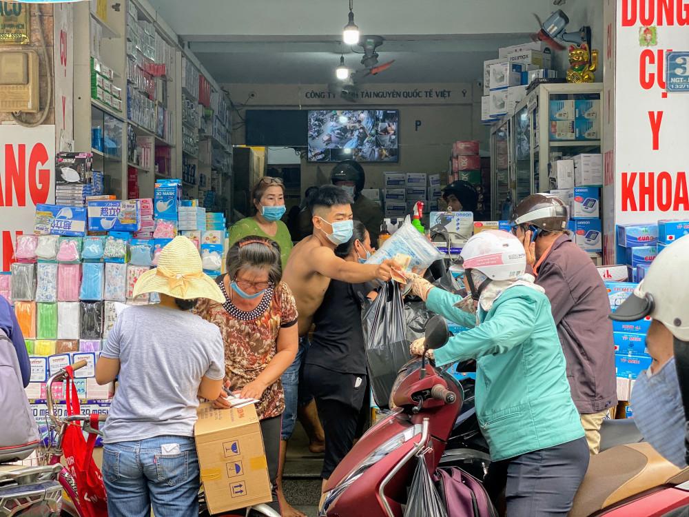 Khách hàng chen mua khẩu trang đông nghịt trước một điểm bán khẩu trang trên đường Nguyễn Giản Thanh (quận 10).