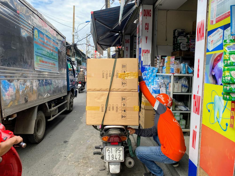 Người vận chuyển đang đóng hàng khẩu trang, chuẩn bị chuyển đi cho khách.