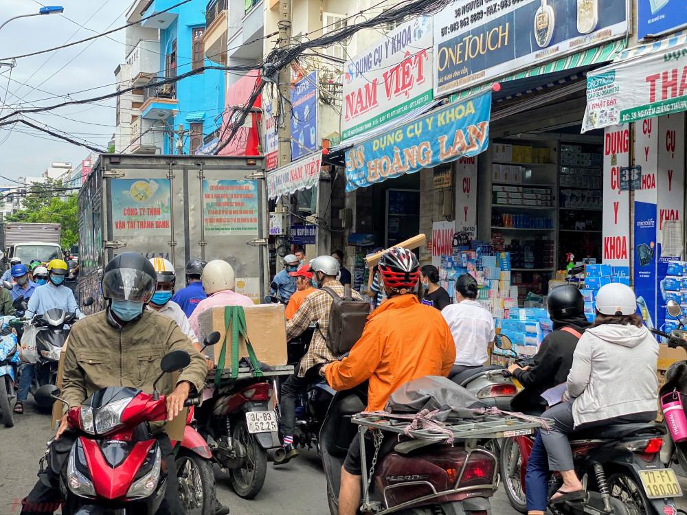 Còn tại 'chợ thuốc' đường Phan Thanh Giản (quận 10, TPHCM) ghi nhận bên lề đường người dân bày khẩu trang đủ loại, màu sắc, kích thước ra lề đường đông nên trên một đoạn đường ngắn có các điểm bán
