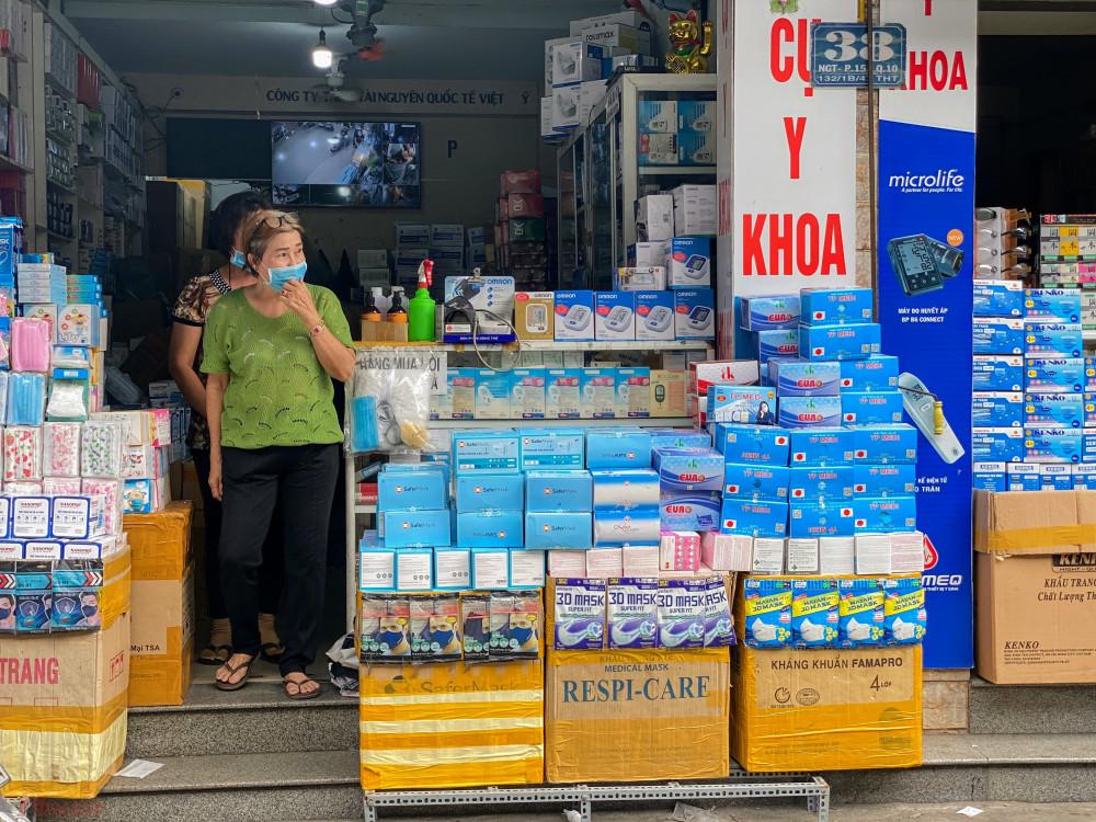 Khẩu trang được bày bán rất nhiều tại khu vực 'chợ thuốc' Phan Thanh Giản.