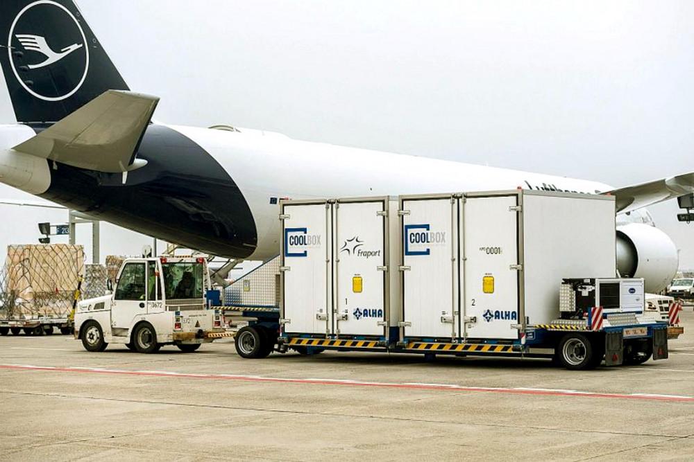 Các thùng làm lạnh đặc biệt sắp được đưa lên một máy bay chở hàng  của hãng Lufthansa tại sân bay Frankfurt (Đức), chuẩn bị cho sứ mệnh  vận chuyển vắc-xin COVID-19 - Ảnh: AFP