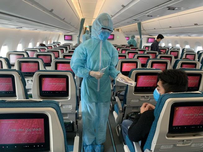 Tiếp viên Vietnam Airlines phục vụ hành khách trên chuyến bay, ảnh minh họa