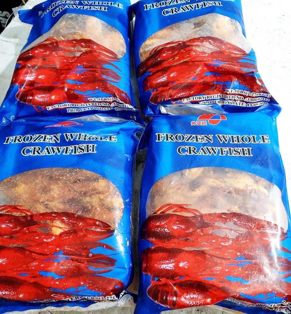 Nhiều cửa hàng vẫn vô tư rao bán tôm hùm đất đông lạnh nhập khẩu