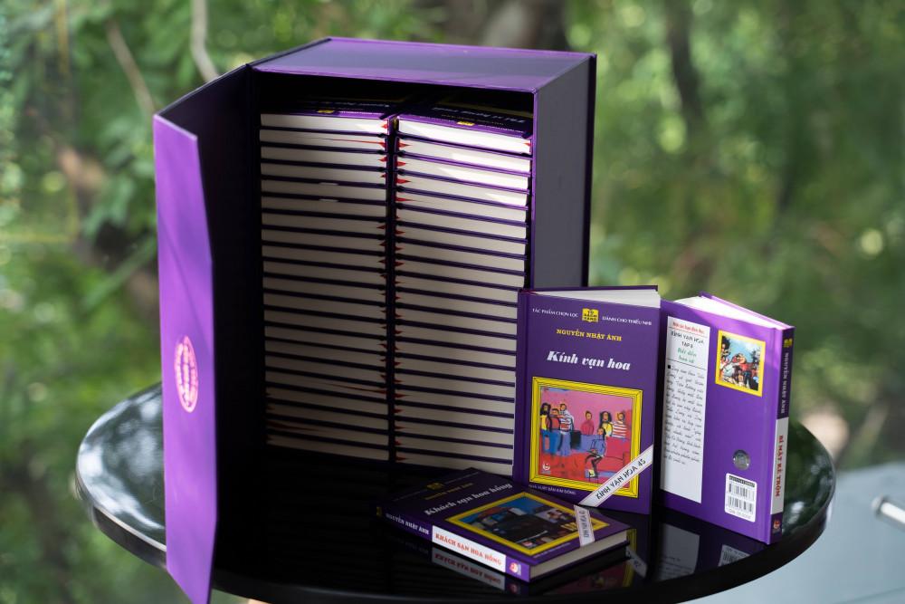 Kình vạn hoa phiên bản màu tím được in đồng điệu về màu sắc.