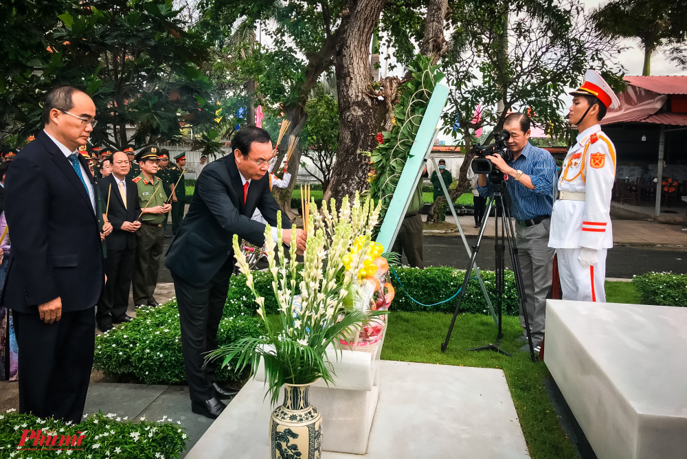 ông Nguyễn Thiện Nhân - Ủy viên Bộ Chính trị, phụ trách chỉ đạo Thành ủy TPHCM, ông Nguyễn Văn Nên – Bí thư Thành ủy TPHCM thành kính dâng hương tưởng nhớ Đại tướng Lê Đức Anh