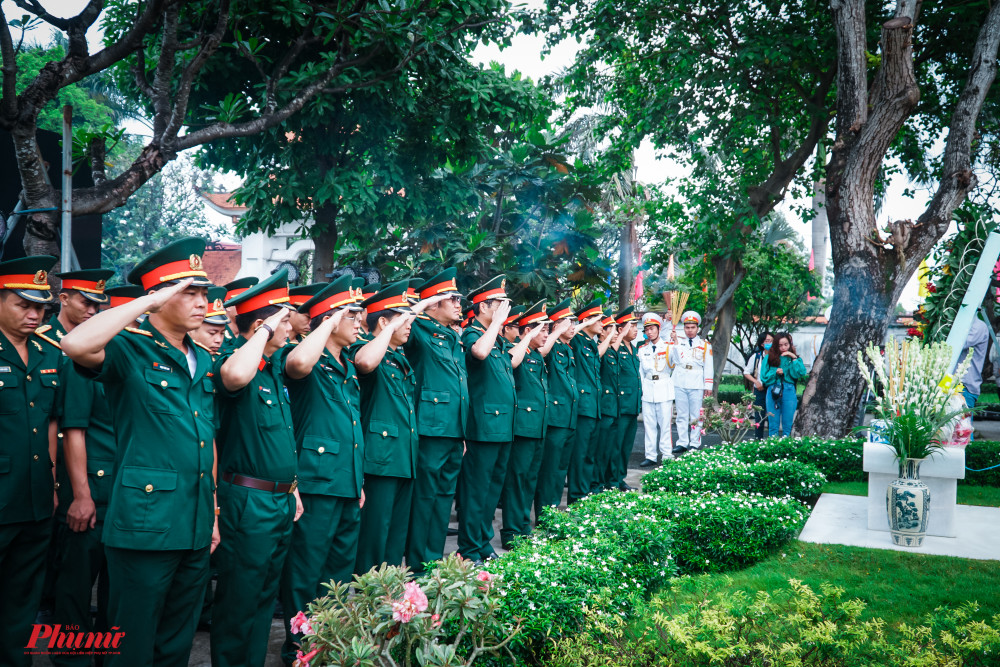 Cán bộ chiến sĩ Lực lượng vtrang Thành phố do Thiếu tướng Nguyễn Văn Nam - Bộ Tư lệnh TPHCM dẫn Đoàn thành kính dâng hương.