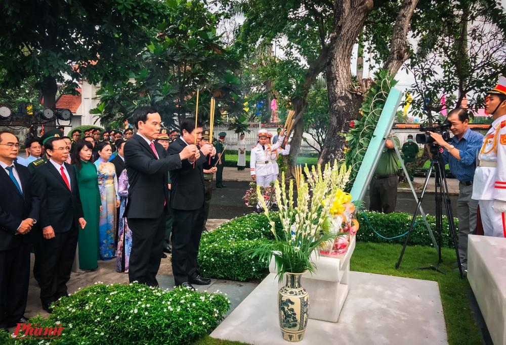 ông Trần Lưu Quang - Phó Bí thư Thường trực Thành ủy TPHCM, ông Nguyễn Thành Phong -  Chủ tịch UBND TPHCM thành kính dâng hương