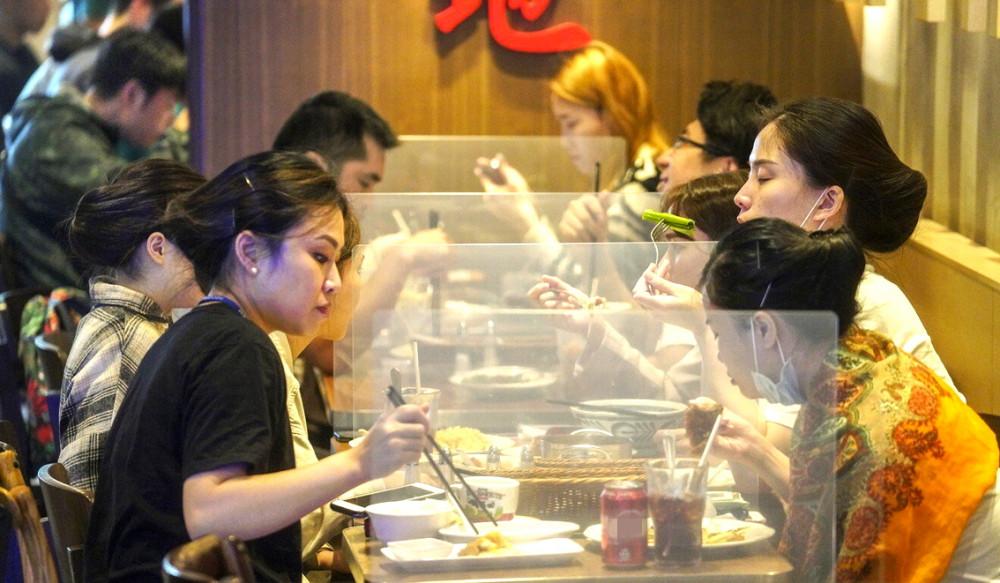Các nhà hàng ở Hồng Kông chỉ được tiếp tối đa hai thực khách/bàn và buộc phải ngưng phục vụ tại chỗ từ 22g, theo lệnh cách ly mới cho đợt bùng phát dịch lần thứ tư - Ảnh: SCMP