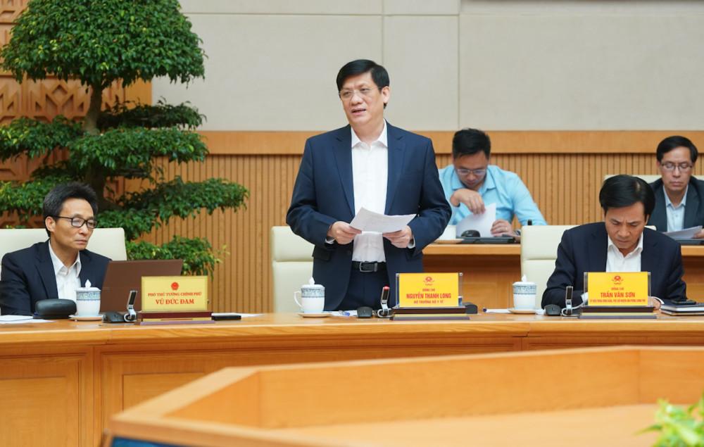 Bộ trưởng Bộ Y tế báo cáo tại cuộc họp (ảnh VGP)