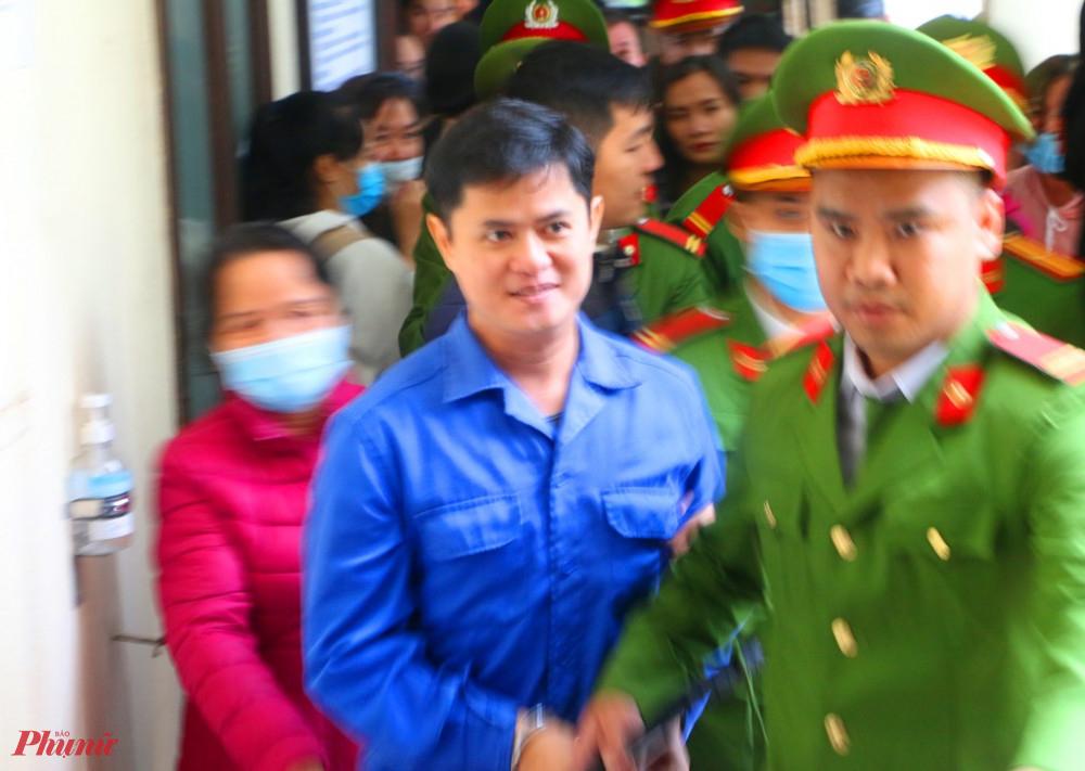 Bác sĩ Lê Quang Huy Phương  ra khỏi phòng xét xử sáng 1/12