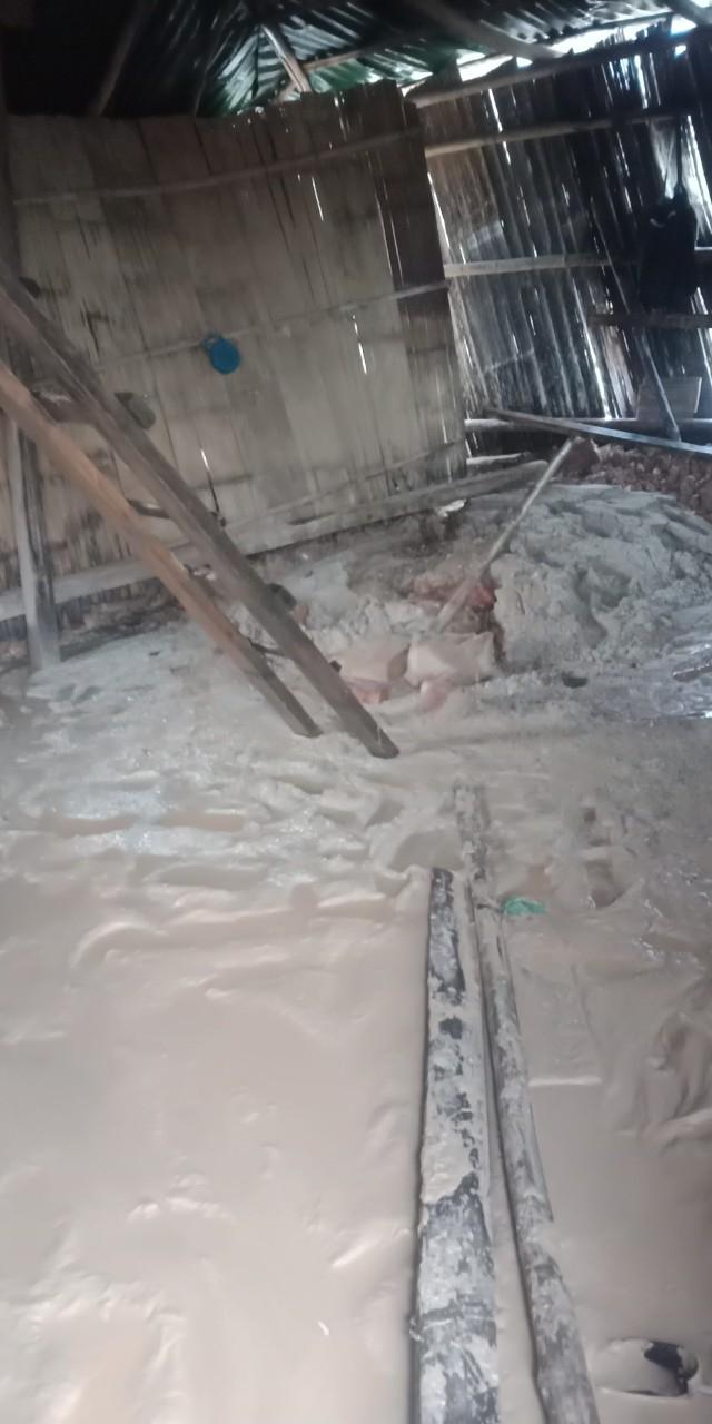 Bùn đất tràn vào nhà dân