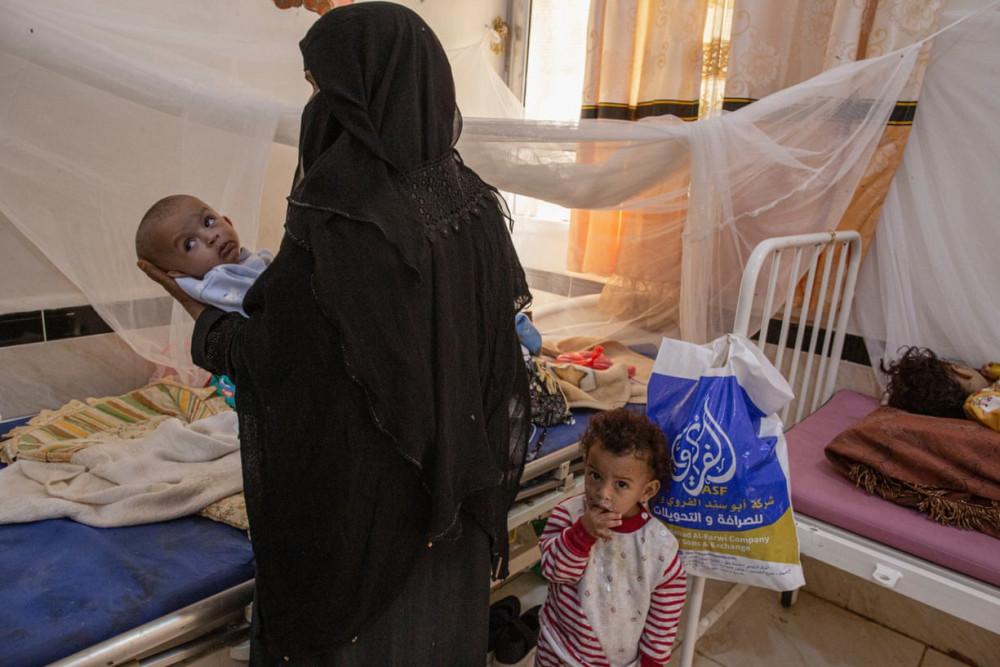 Một người mẹ chăm sóc con nhỏ bên trong khoa nhi thuộc bệnh viện Ataq. (Ảnh: The Guardian)