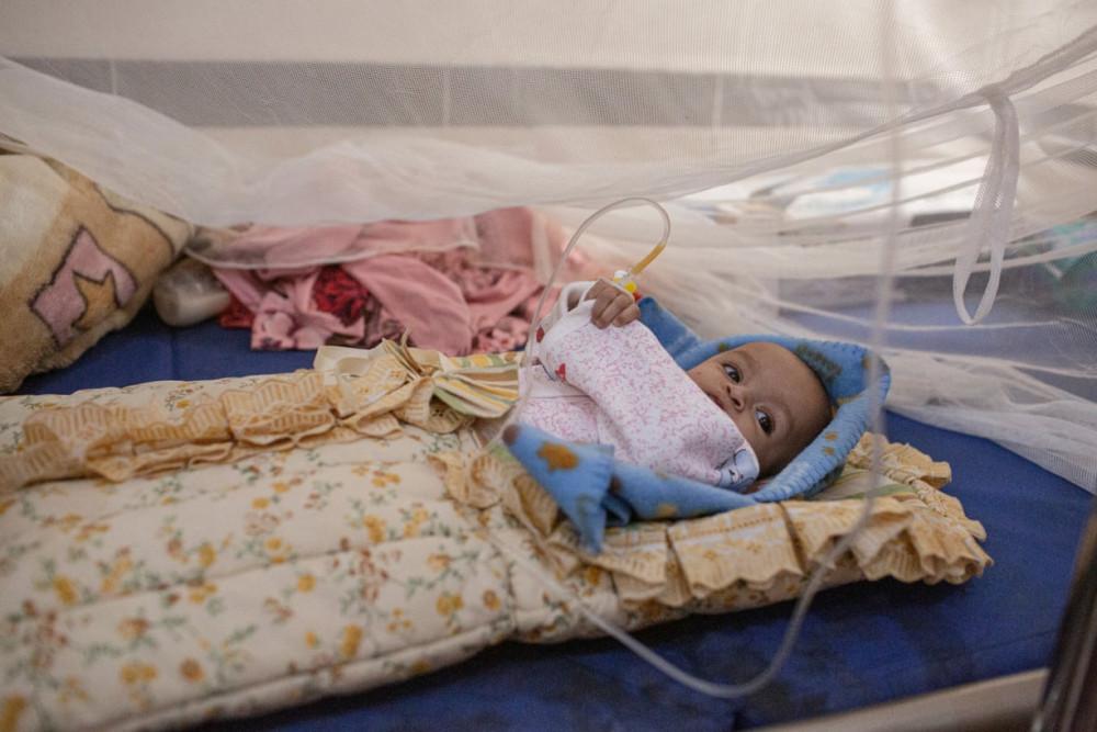 Một bệnh nhi 4 tháng tuổi đang điều trị ở bệnh viện đa khoa Ataq. (Ảnh: The Guardian)