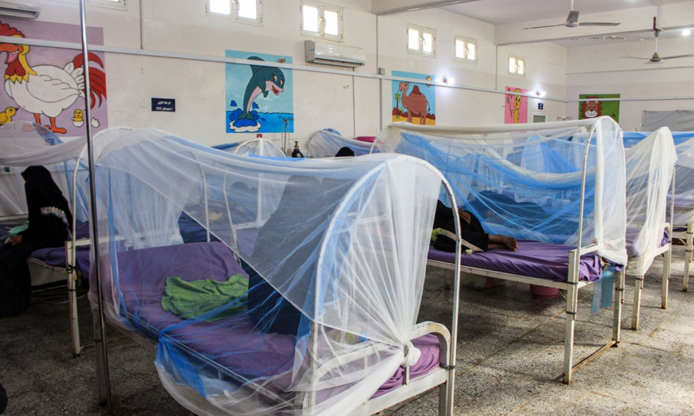 Phụ nữ và con nhỏ bên trong khoa điều trị suy dinh dưỡng ở một trung tâm y tế miền bắc Yemen. (Ảnh: The Guardian)