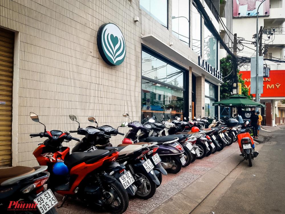 Dãy xe máy kéo dài trước một quán cà phê tại số 50, đường Út Tịch, phường 4, quận Tân Bình