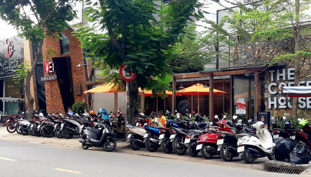Bãi giữ xe trước cổng nhà hàng tràn ra đường tại số 3, đường Quốc Hương, phường Thảo Điền, quận 2