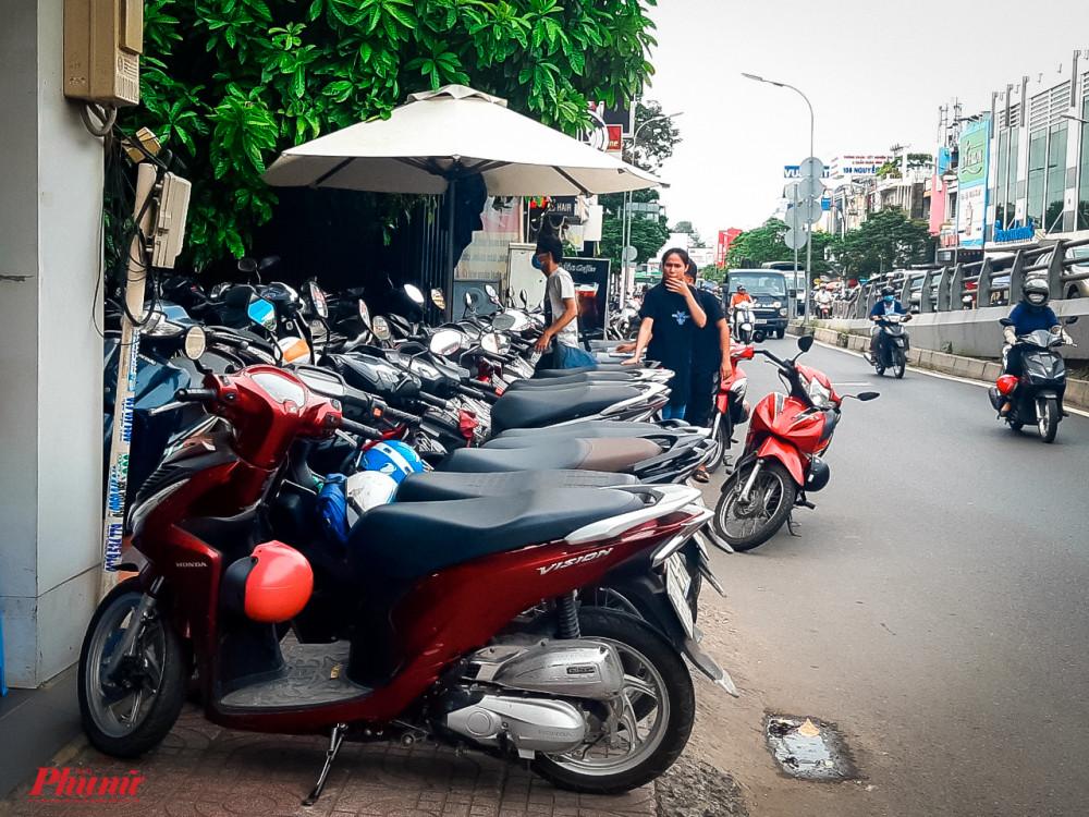 Vỉa hè nhỏ hẹp, bãi giữ xe trước quán cà phê tại số 11, đường Nguyễn Oanh, phường 10, quận Gò Vấp đã lấy sạch phần đất vỉa hè