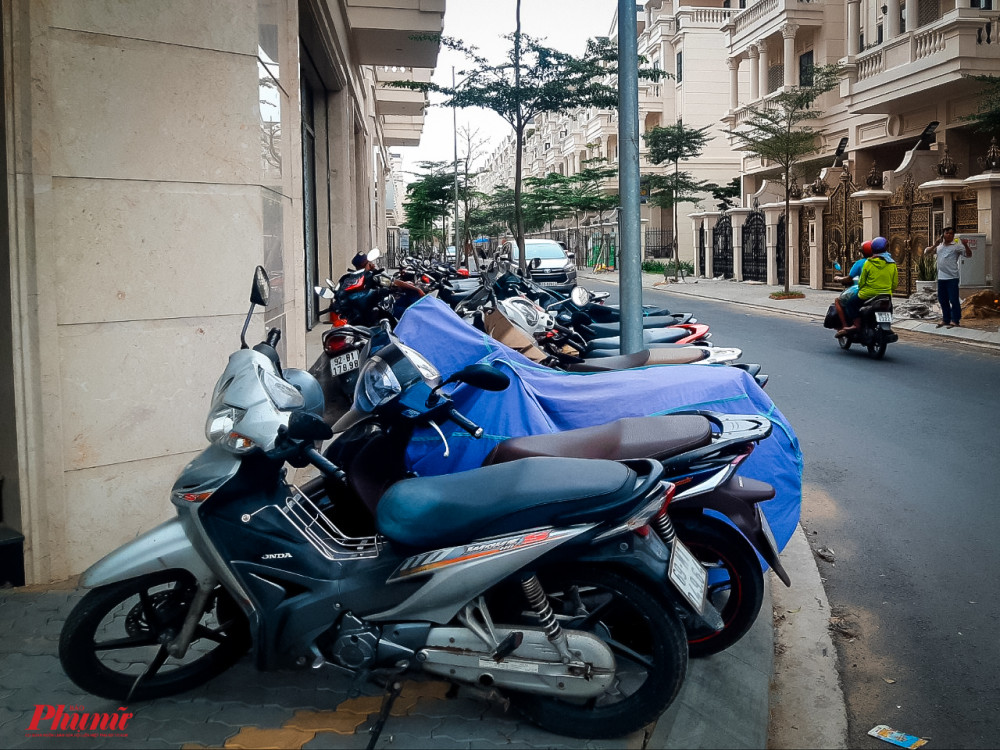 Xe máy chen nhau trên vỉa hè tại đường số 1, phường 10, quận Gò Vấp