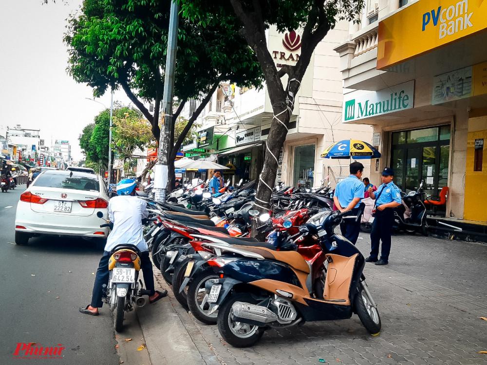 Cả một đoạn vỉa hè hơn 20m dọc đường Phan Văn Trị bị lấn chiếm làm bãi giữ xe tại số 672A38, đường Phan Văn Trị, phường 10, quận Gò Vấp