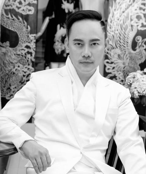 Suốt 25 năm gắn bó với nghề, NTK Võ Việt Chung đoạt không ít giải thưởng lớn nhỏ, đóng góp cho nhành thời trang trong và ngoài nước bằng những sáng tạo và nỗ lực không ngừng nghỉ của mình. Cụ thể, NTK Võ Việt Chung từng có 5 lần đoạt giải Mai Vàng cho hạng mục NTK xuất sắc nhất Việt Nam, top 10 NTK xuất sắc của thế giới do Leonard Simpson bình chọn, giải thưởng NTK quốc tế xuất sắc và NTK xuất sắc của năm do chương trình Fashion Forward (Mỹ) trao tặng…