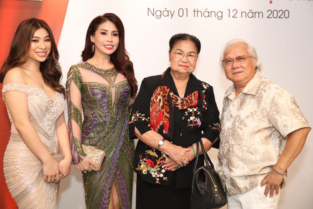 Hai mẹ con diễn viên Lý Hương gợi cảm trong cúp ngực, bó sát cùng nhiếp ảnh gia Giản Thanh Sơn chúc mừng thành tích xuất sắc của NTK Võ Việt Chung.