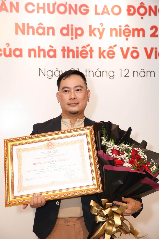 """Tâm sự về sự kiện đặc biệt lần này, NTK Võ Việt Chung nói: """"Phần thưởng này vừa là niềm vui nhưng cũng vừa là động lực để tôi tiếp tục sáng tạo thêm nhiều giá trị cho ngành thời trang. Nhất là tôi vẫn muốn lan tỏa thêm những thông điệp ý nghĩa về tà áo dài đến với mọi người và bạn bè quốc tế""""."""