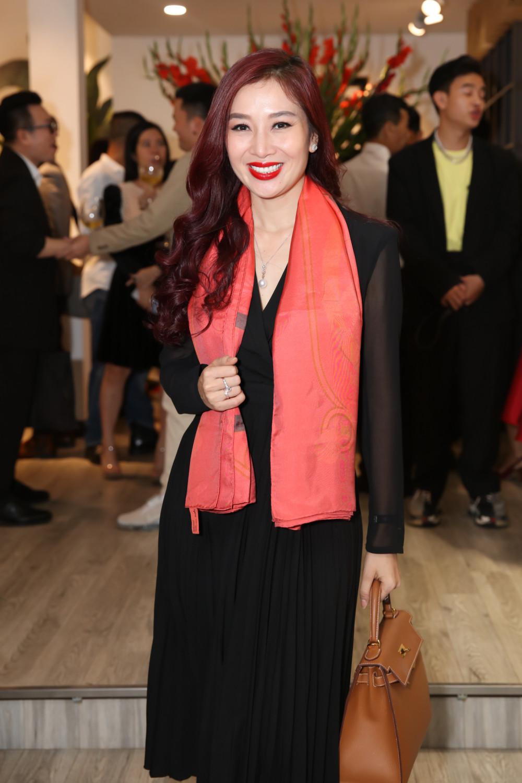 Hoa khôi-doanh nhân Nguyễn Thu Hương giản dị nhưng không kém phần thanh phần trong mẫu váy đen bó sát, khoe trọn sắc vóc gợi cảm dù đã bước qua tuổi 40.