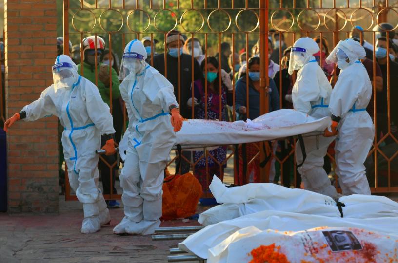 Một nhóm nữ binh sĩ được giao nhiệm vụ xử lý thi thể nạn nhân coronavirus được huấn luyện ở Kathmandu vào tháng trước. Ảnh: Reuters