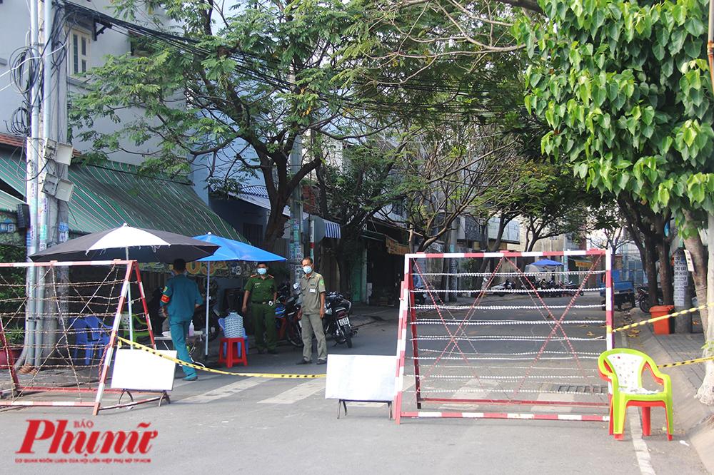 Khu vực phong tỏa trên đường Hoàng Lê Kha, phường 9, quận 6. Ảnh: Tiên Tiên