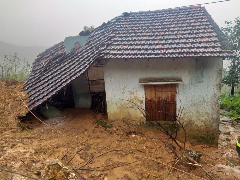Nhà người dân ở xã Hương Trà bị đất đá vùi lấp