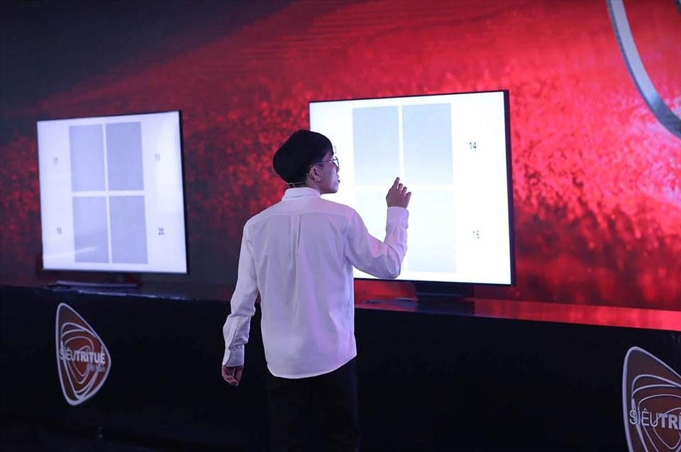 Thái Tân trong quá trình thực hiện thử thách tìm mảnh ghép từ 28 triệu điểm màu