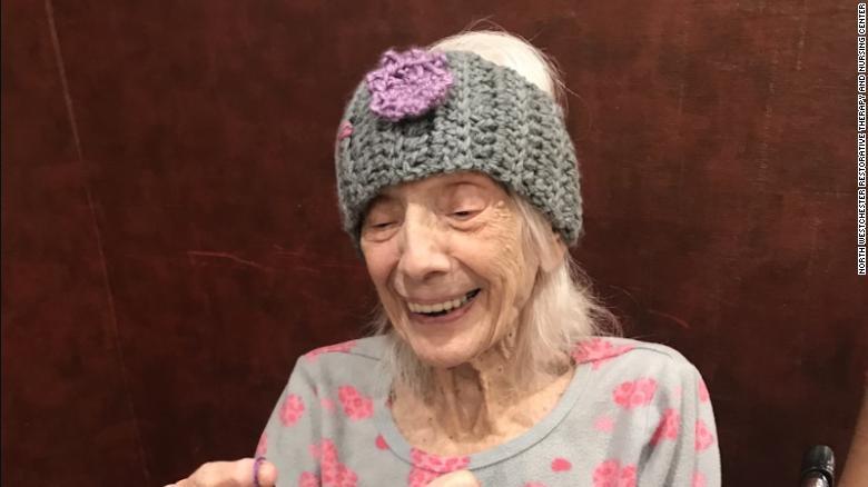 Cụ bà Angelina Friedman lần thứ hai đánh bại COVID-19 năm bà 102 tuổi - Ảnh: CNN