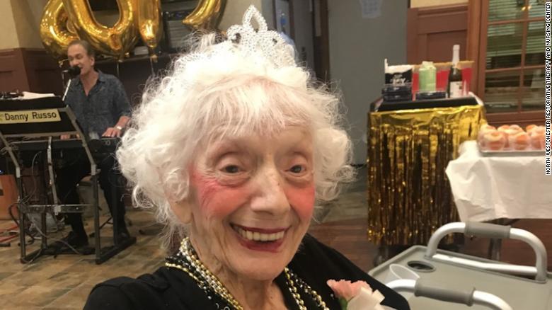 Năm 2019, cụ bà Friedman được phong là Nữ hoàng vũ hội tại viện dưỡng lão - Ảnh: CNN