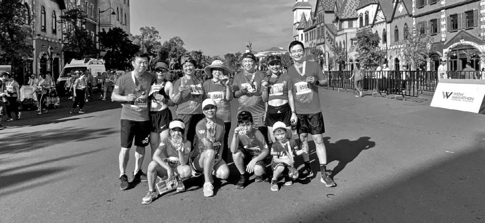 11 thành viên cùng hào hứng tham gia một giải chạy, bất kể tuổi tác