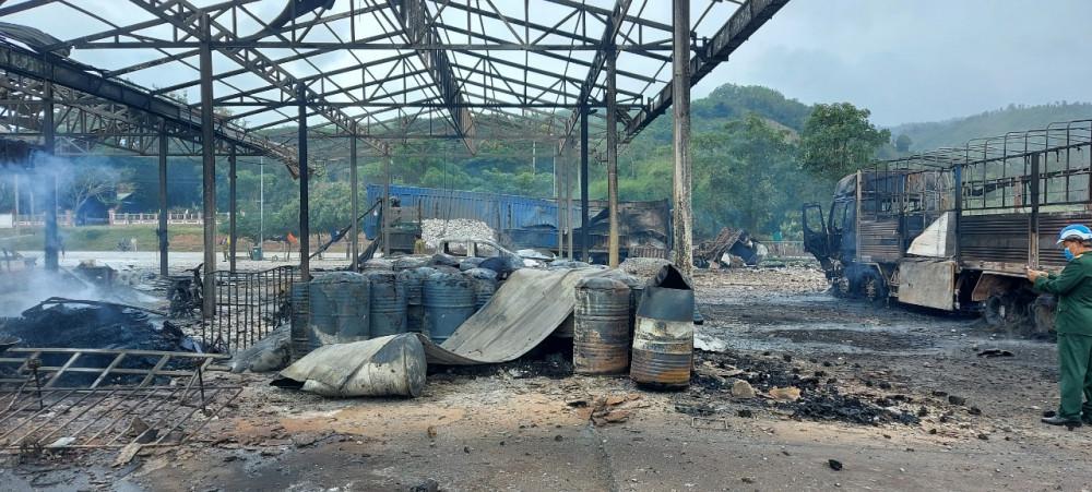 , 6 xe ô tô và nhiều cơ sở vật chất, thiết bị tại bãi kiểm hoá cửa khẩu Đen Sa Vẳn cũng bị thiêu rụi