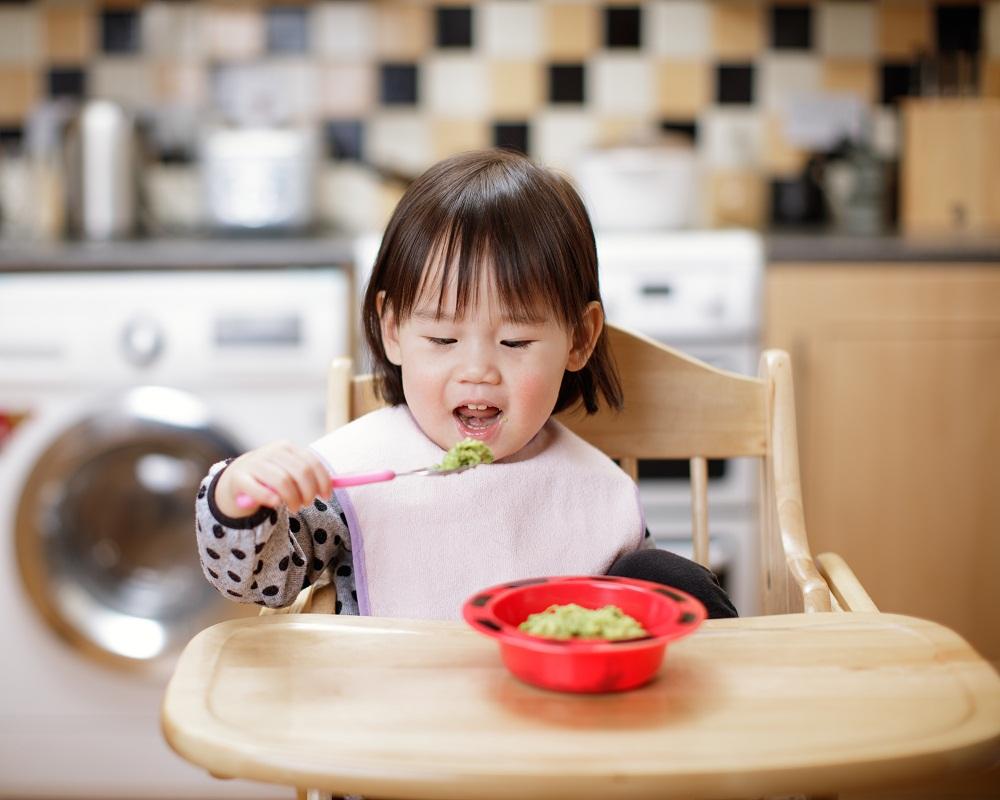 Mẹ có thể trổ tài làm đầu bếp thay đổi cháo, bún, miến ... để bé bớt nhàm chán và hào hứng hơn với việc ăn uống. Ảnh: Shutterstock