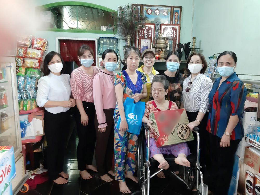 Hội LHPN quận 11 đến thăm phụ nữ bi khuyết tật và gia đình các chị