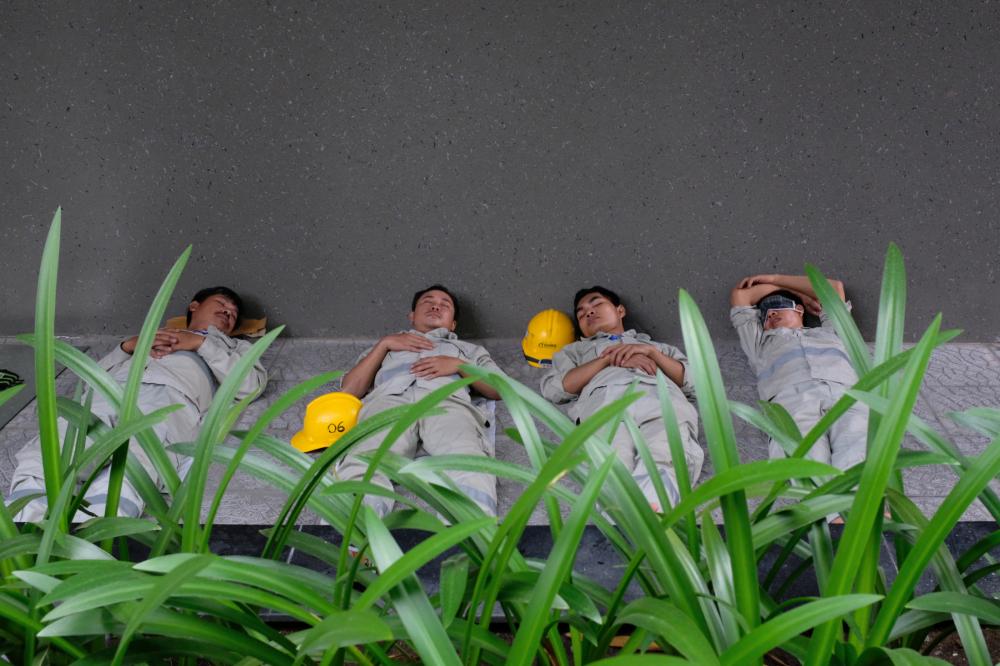 Công nhân đang nghỉ trưa tại một công trình