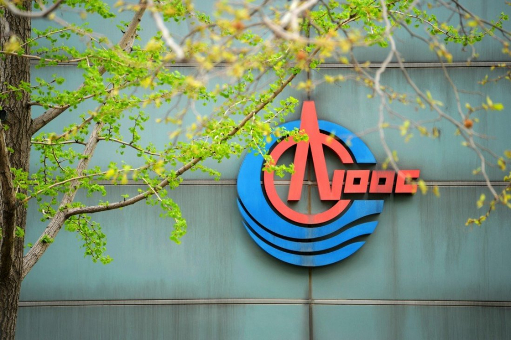 """Tập đoàn dầu mỏ khổng lồ CNOOC mới bị chính quyền Trump đưa vào """"danh sách đen"""" - Ảnh: Reuters"""