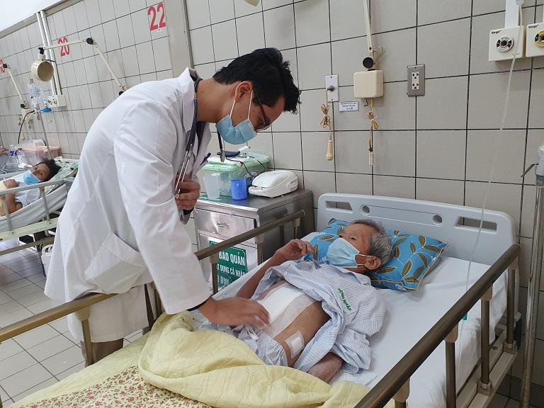 Bác sĩ Kiên thăm khám, kiểm tra cho bệnh nhân trước khi xuất viện