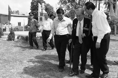 Giáo sư, tiến sĩ Nguyễn Thiện Thành (giữa) lúc sinh thời